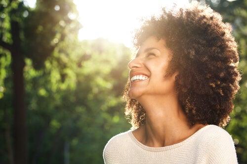 Une femme qui reflète le bonheur sur son visage