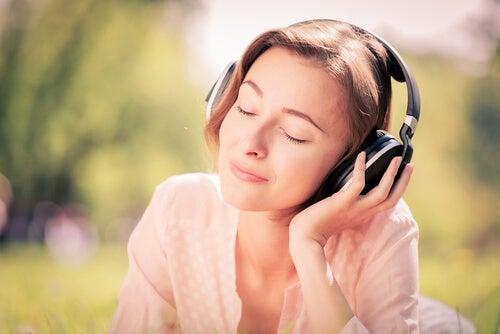 Une femme qui écoute de la musique les yeux fermés