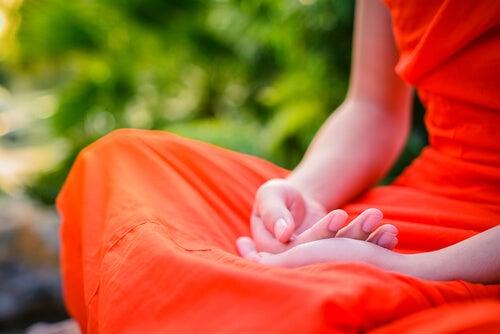 Personne bouddhiste en méditation