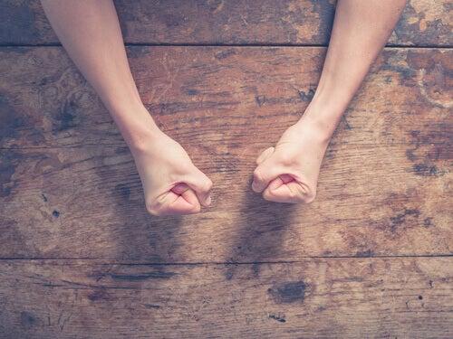 Les mains avec les poings serrés