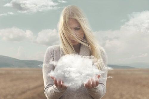 Une femme avec un nuage dans les mains