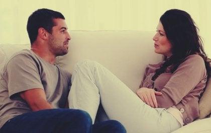 Une femme et un homme assis et discutant