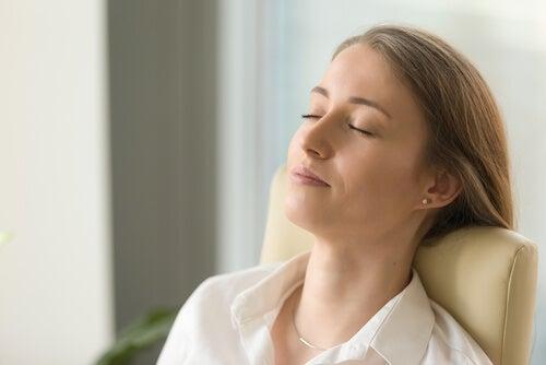 Une femme les yeux fermés en train de méditer