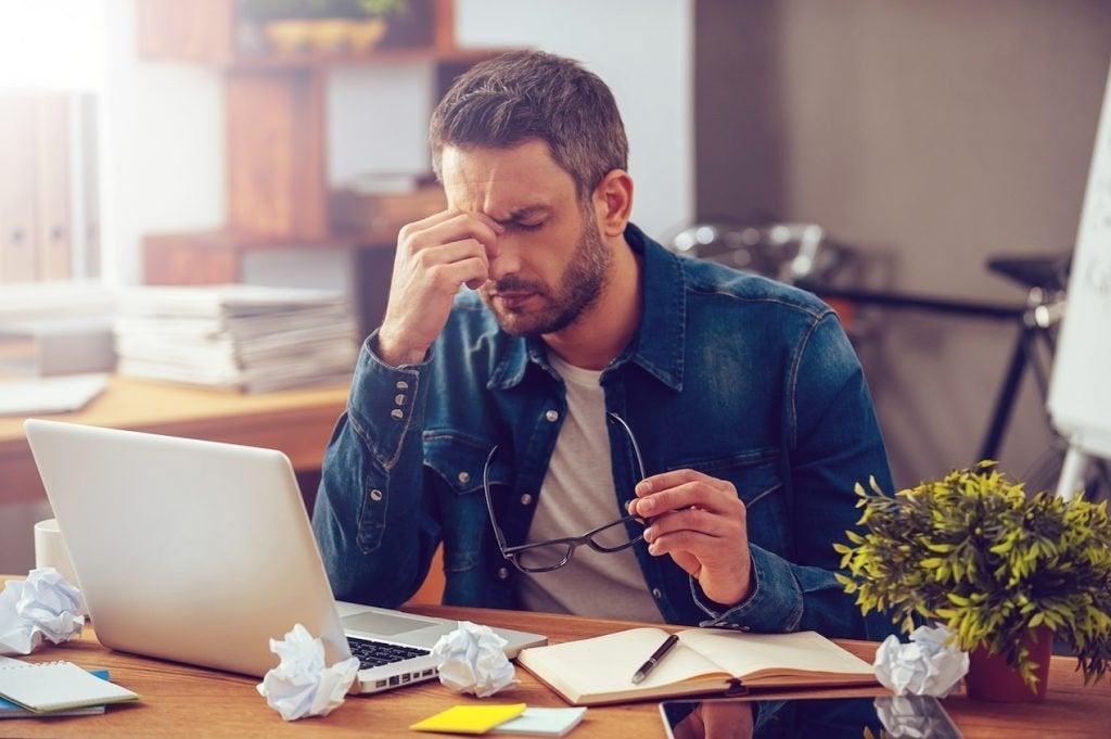 Un homme qui doit savoir comment faire face à des situations très stressantes