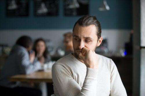 Un homme réfléchit à la manière de parler en toute sécurité