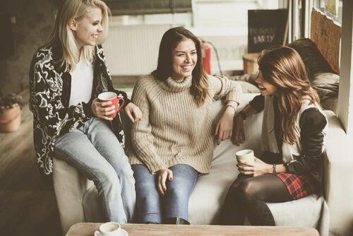 Des amis parlent des conversations profondes