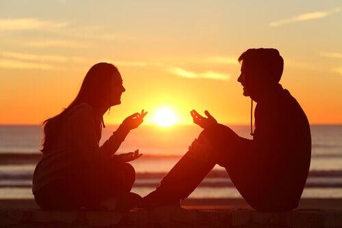 Un couple qui parle le soir
