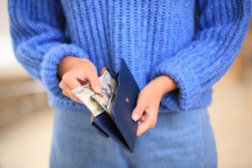 Une femme avec de l'argent dans son sac à main