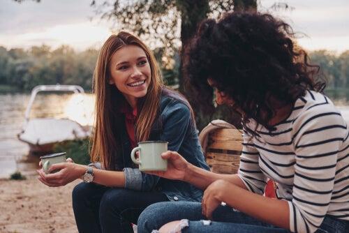 Des filles qui parlent dans le champ symbolisant l'écpathie