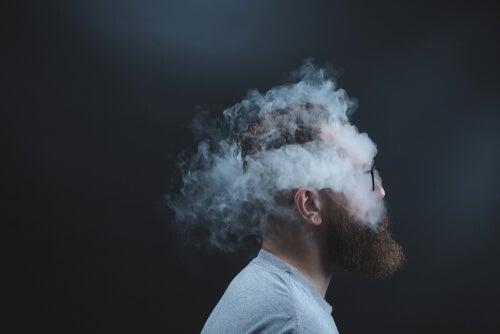Un homme avec de la fumée symbolisant le fait que nous n'arrêtons pas de tourner