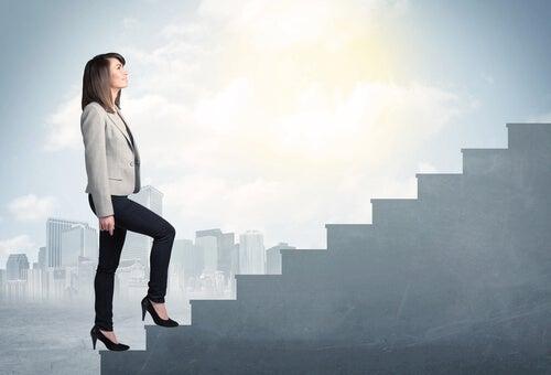 Une femme monte sur une échelle pour obtenir un résultat
