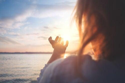 Une femme avec des mains dans le ciel