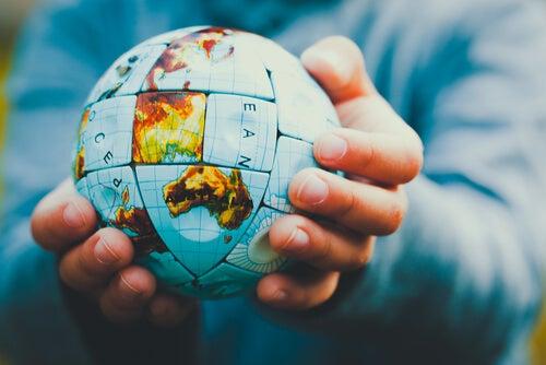 Les mains avec la balle du monde