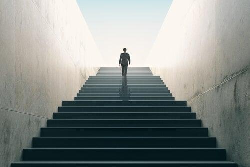 Un homme en costume monte les escaliers