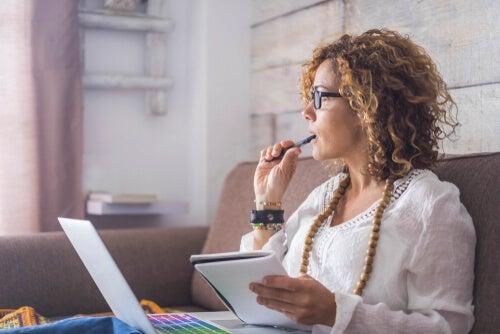 Une femme réfléchit à la manière de gérer son temps au travail
