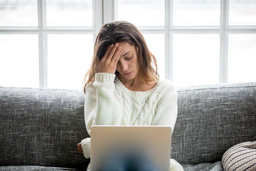 Une femme qui a des soucis d'informatique