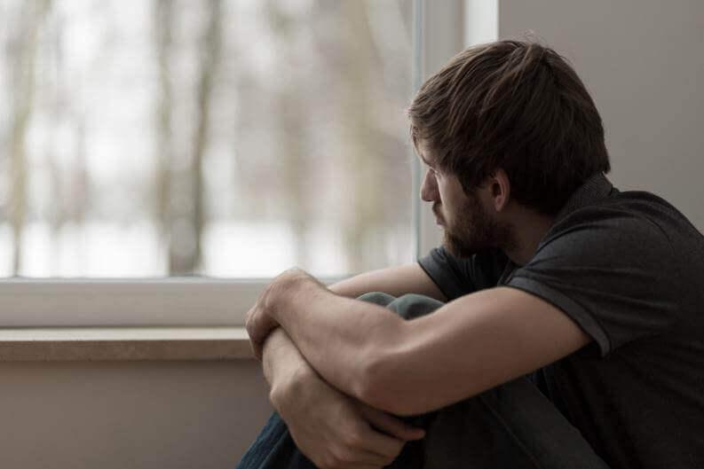 Un garçon qui regarde par la fenêtre