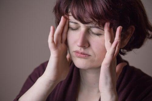 Une femme avec un mal de tête