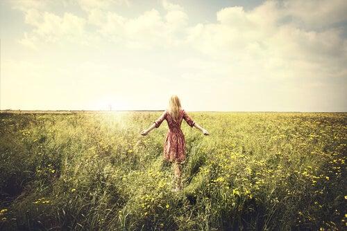 Femme marchant dans les champs
