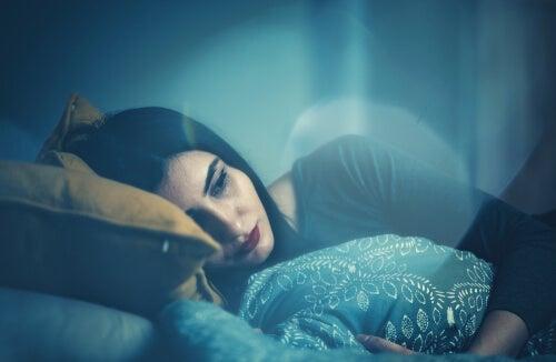 Une femme triste au lit