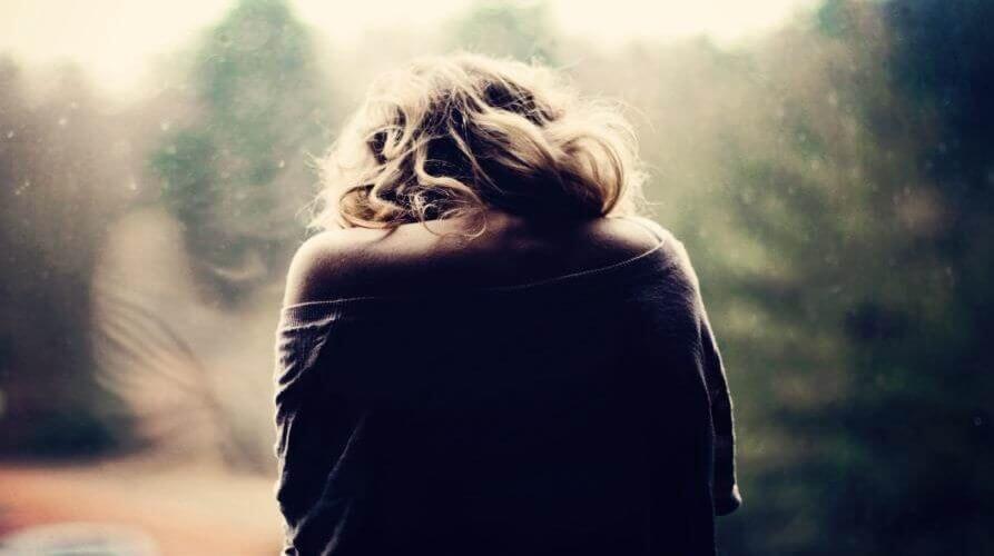 Femme souffrant de douleurs dorsales dues à la fibromyalgie