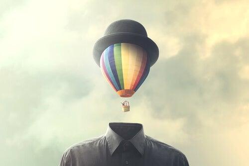 Un homme avec un ballon sur la tête représentant la façon d'accepter l'inattendu